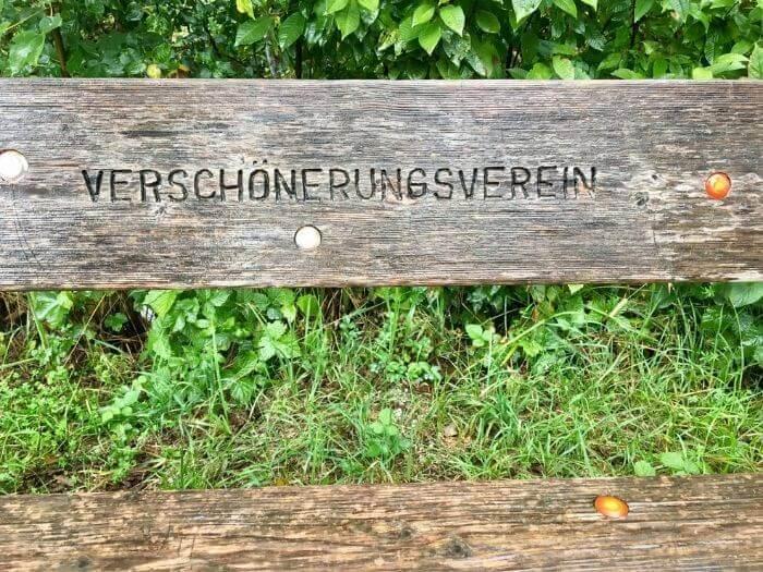 Eine leere Holzbank mit der Aufschrift Verschönerungsverein