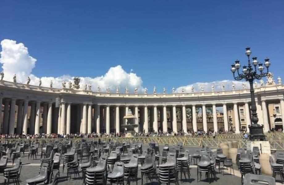 Gestapelte Stühle auf dem Platz am Vatikan